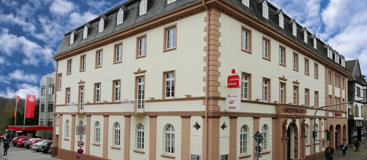 Blick auf die Hauptstelle der Kreissparkasse St. Wendel, Bahnhofstraße - Ecke Parkstraße